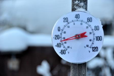 Termômetro marcando temperatura em local frio em duas escalas termométricas diferentes. Na parte externa, há -30 ºF, e na parte interna, -33,3 ºC