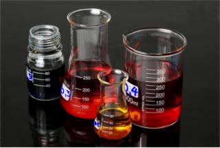 Valores de títulos em frascos contendo soluções químicas usadas em laboratório